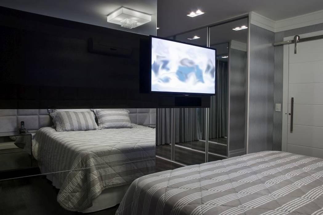 dormitório do casal arquiteta aclaene de mello Quartos minimalistas Cinza