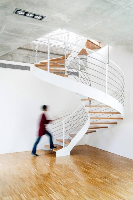 Casa Mikado: Pasillos y vestíbulos de estilo  de Ascoz Arquitectura