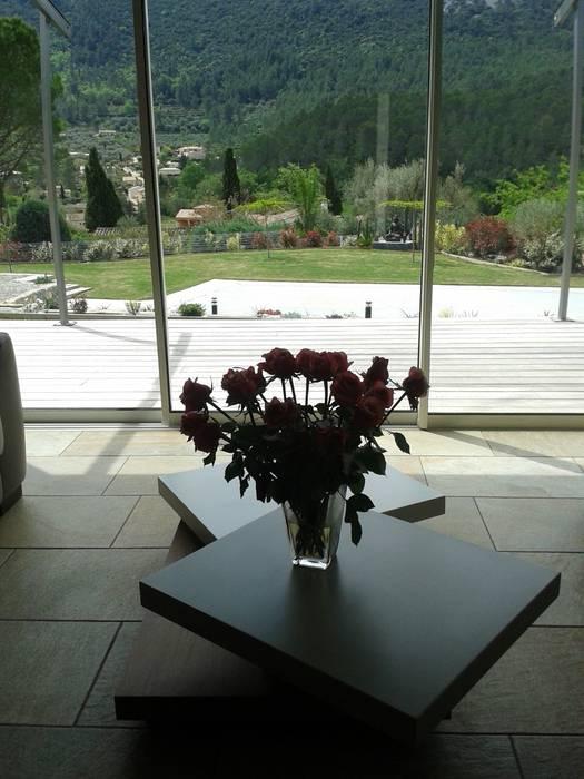 villa neuve dans la colline Fenêtres & Portes modernes par agence d'architecture nadia poss Moderne