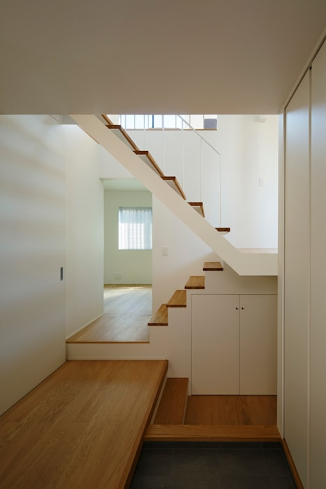 Modern Corridor, Hallway and Staircase by 向山建築設計事務所 Modern Wood Wood effect