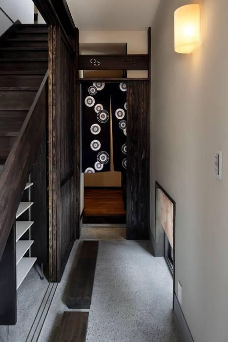 八潮の家 クラシカルスタイルの 玄関&廊下&階段 の TAMAI ATELIER クラシック
