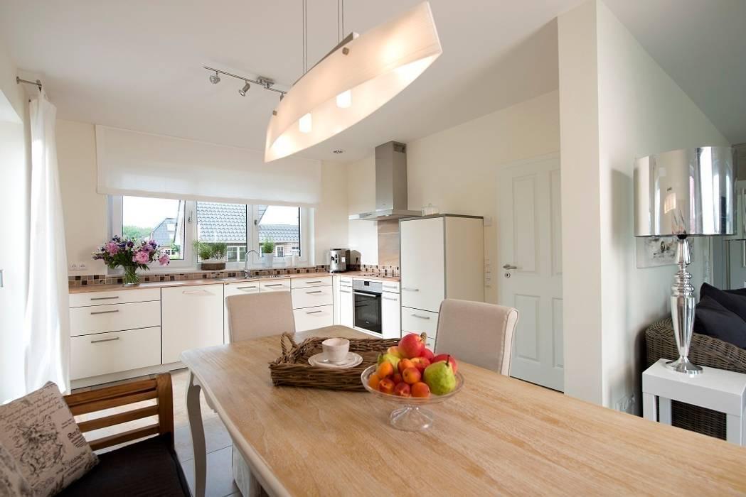 Die offene Küche mit dem angegliederten Essbereich bietet Platz zum gemeinsamen Kochen, Essen und Beisammensein. Klassische Küchen von Heinz von Heiden GmbH Massivhäuser Klassisch