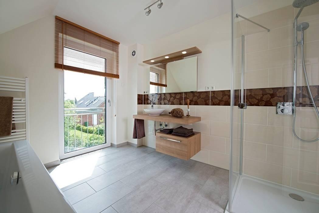 Das großzügig geschnittene badezimmer lässt mit badewanne ...