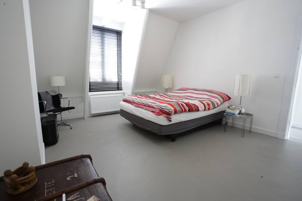 Grijze betonlook gietvloer in slaapkamer slaapkamer door motion
