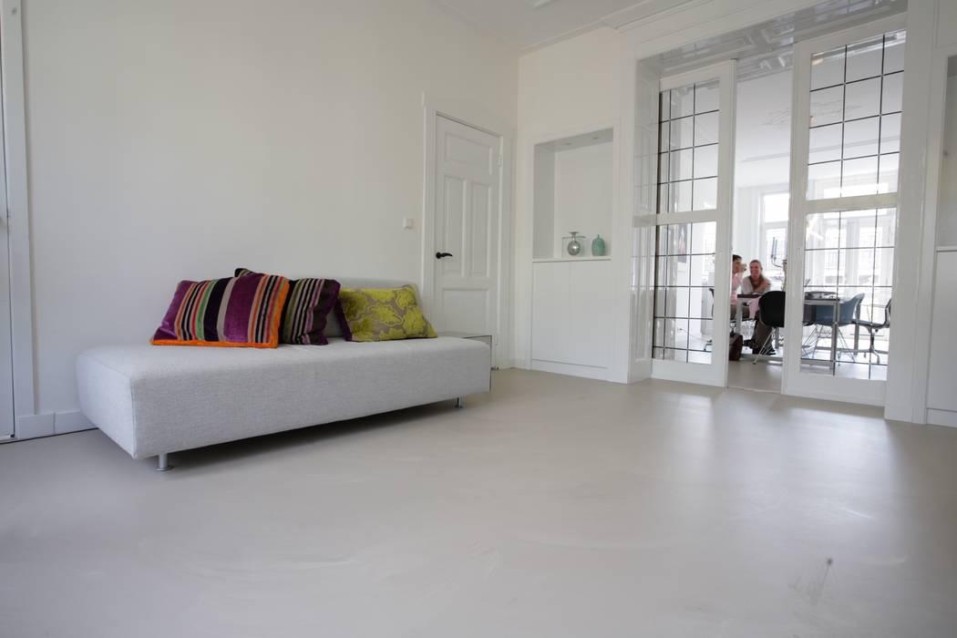 Grijze betonlook gietvloer in woonkamer: klasieke woonkamer door ...