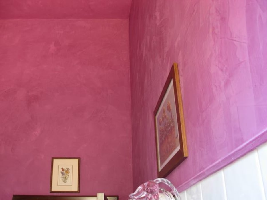 Bagno Stucco a Cera Viola: Bagno in stile in stile classico di Arte & Decorazioni di Marco Sinibaldi