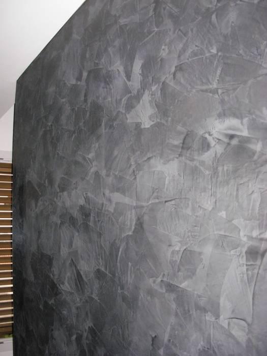 Parete Stucco a Cera Nero: Soggiorno in stile in stile Moderno di Arte & Decorazioni di Marco Sinibaldi