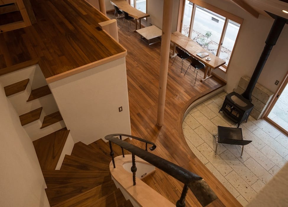 Pasillos, vestíbulos y escaleras de estilo ecléctico de 松井建築研究所 Ecléctico