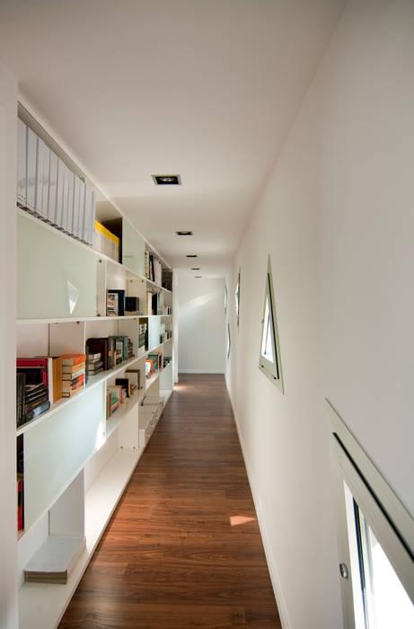 Vivienda unifamiliar en Navàs. Distribuidor Pasillos, vestíbulos y escaleras de estilo minimalista de eidée arquitectes S.L.P. Minimalista
