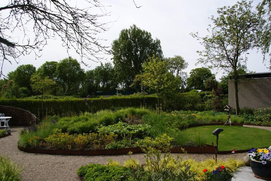 Weelderige plantentuin:  Tuin door Ontwerpstudio Angela's Tuinen