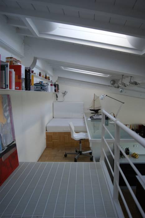 soppalco con scrivania e divanetto/letto Studio moderno di studio di Architettura Della Bona & Fiorentini Moderno