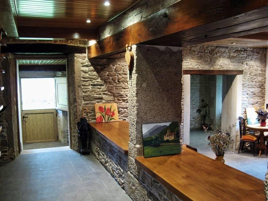 Rehabilitación en Lugo Pasillos, vestíbulos y escaleras de estilo rural de Intra Arquitectos Rural