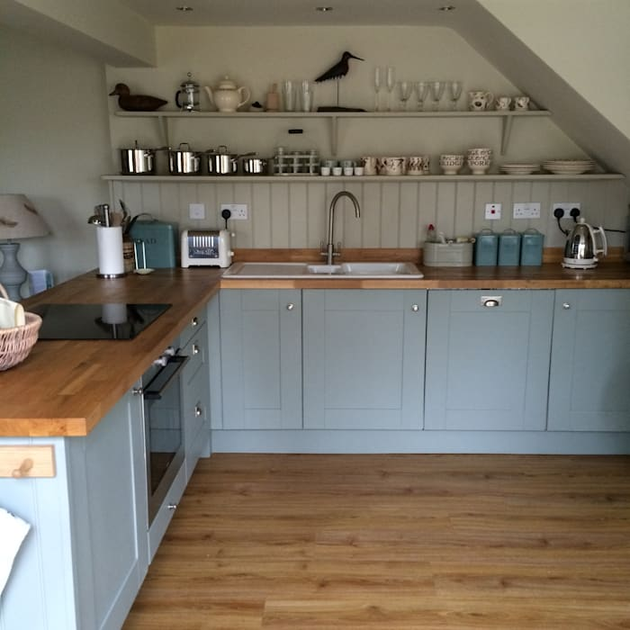 Hollyhock Cottage kitchen: country  by Rooms with a View, Country