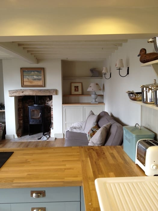 Hollyhock cottage lounge: country  by Rooms with a View, Country