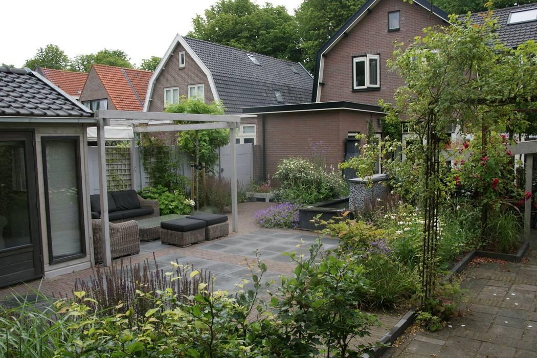Loungeterras:  Tuin door Ontwerpstudio Angela's Tuinen, Modern