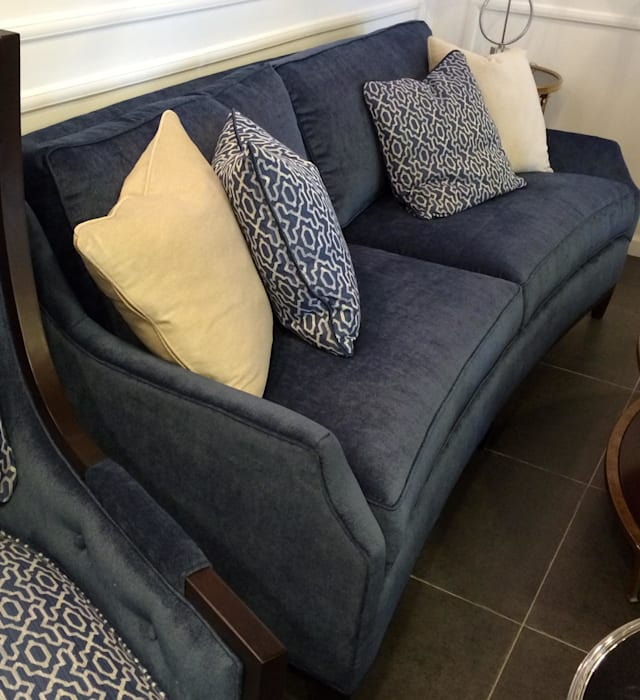 Синий диван LEXINGTON: Гостиная в . Автор – NICE CATCH ,