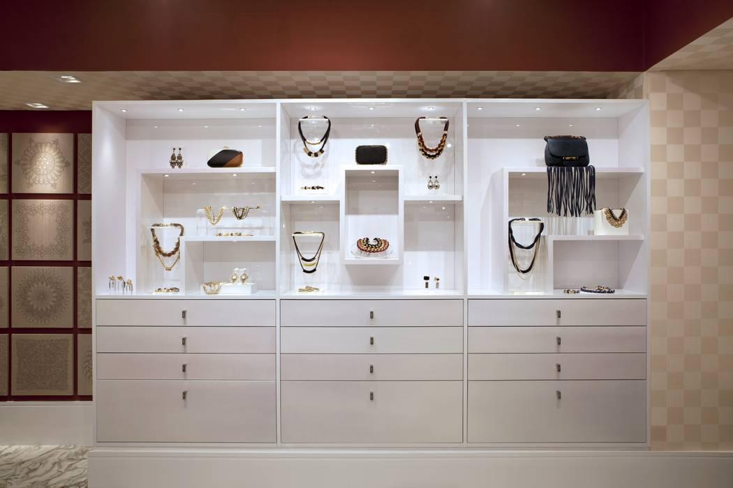 JOALHERIA DESIGN - CASA COR SP 2015 - BRASIL - Estantes para expôr as joias Lojas & Imóveis comerciais modernos por Adriana Scartaris: Design e Interiores em São Paulo Moderno