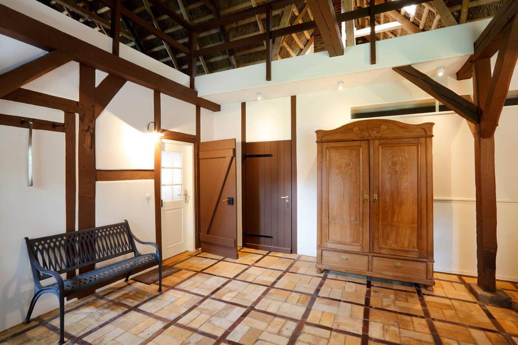 Architekturbüro Griebel Country style corridor, hallway& stairs