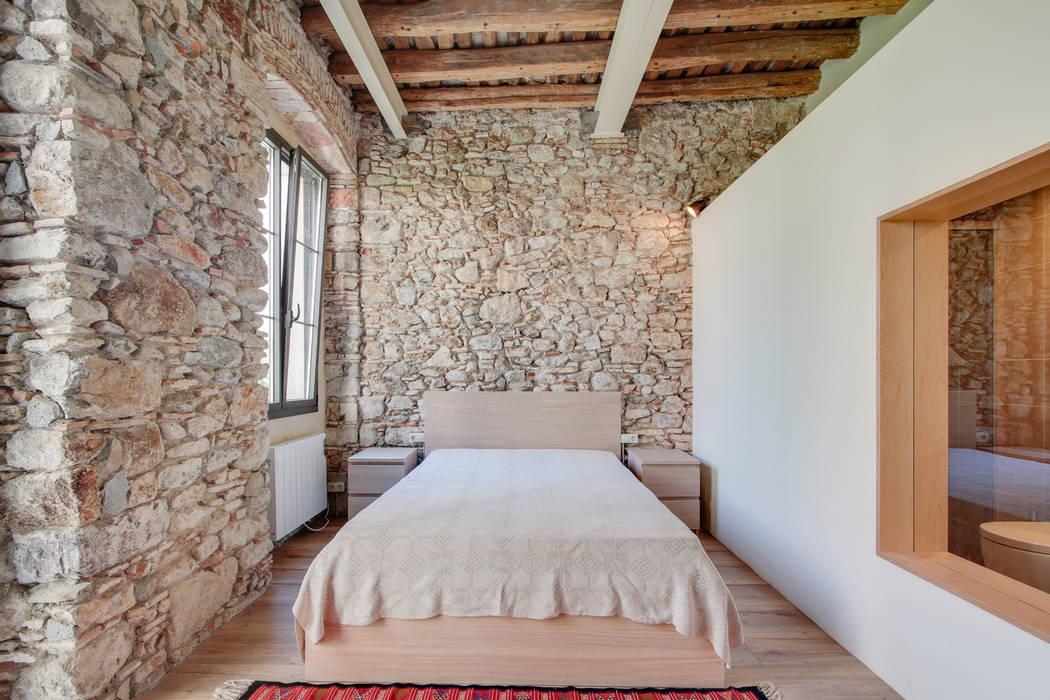 Mediterranean style bedroom by Lara Pujol   Interiorismo & Proyectos de diseño Mediterranean