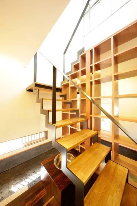 Pasillos, vestíbulos y escaleras modernos de 建築デザイン工房kocochi空間 Moderno