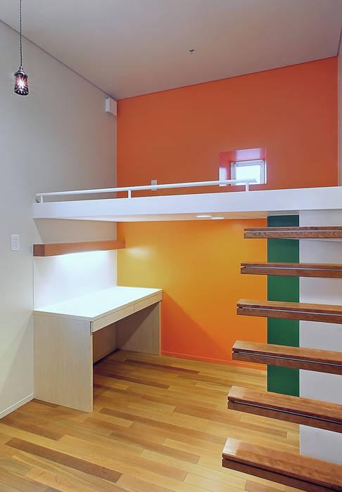 Like a Barragan: アースワーク建築設計事務所が手掛けた子供部屋です。,北欧