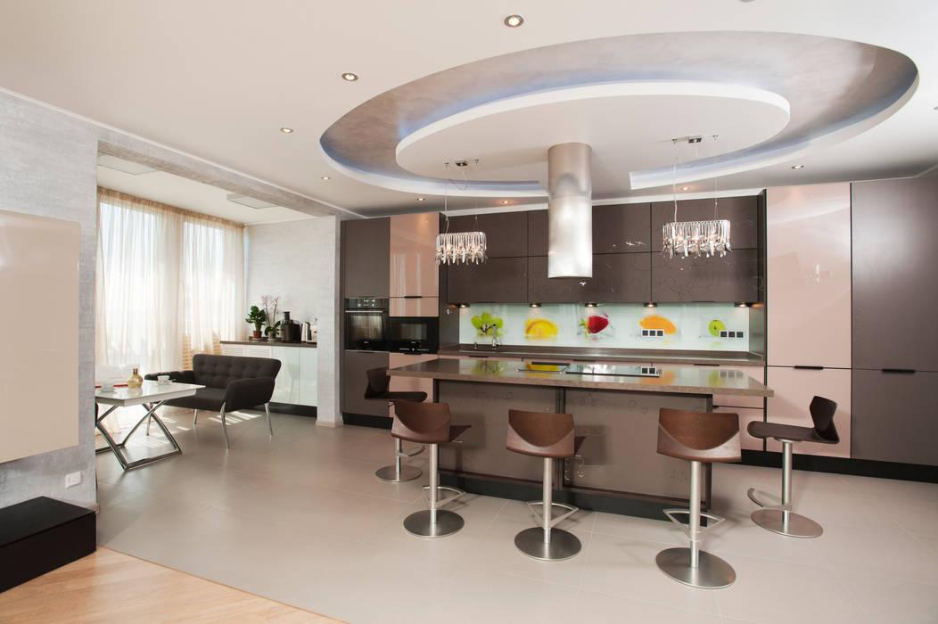 "Дизайн квартиры ""В центре мегаполиса"" : Кухни в . Автор – Samarina projects"