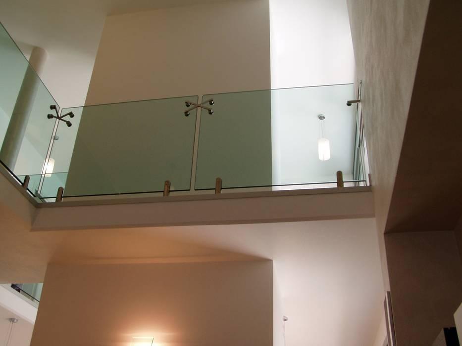 scala in vetro: Soggiorno in stile in stile Moderno di GIEMMESCALE