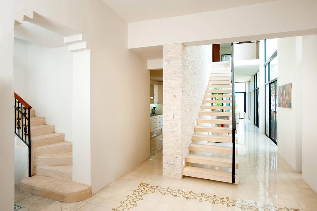 Pasillos y vestíbulos de estilo  de Taller Estilo Arquitectura,