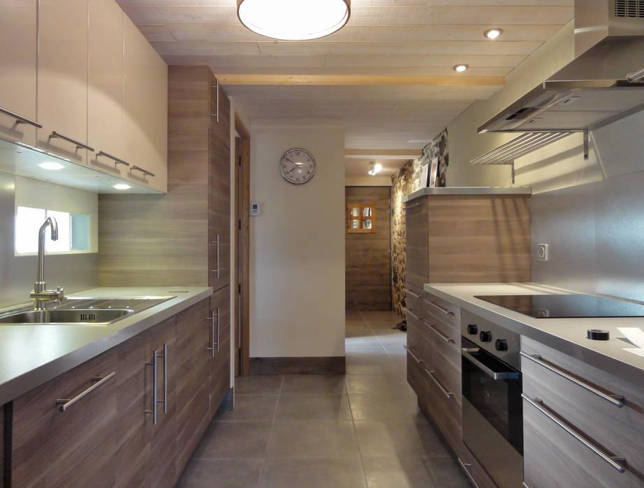 Cuisine IKEA moderne et naturelle: Cuisine de style de style Moderne par CosyNEVE (Amandine REVEL)