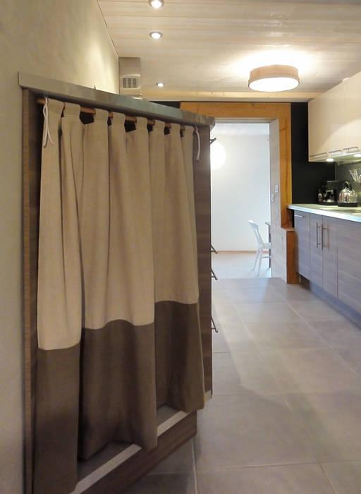 De l'entrée vers la cuisine: Cuisine de style de style Moderne par CosyNEVE (Amandine REVEL)