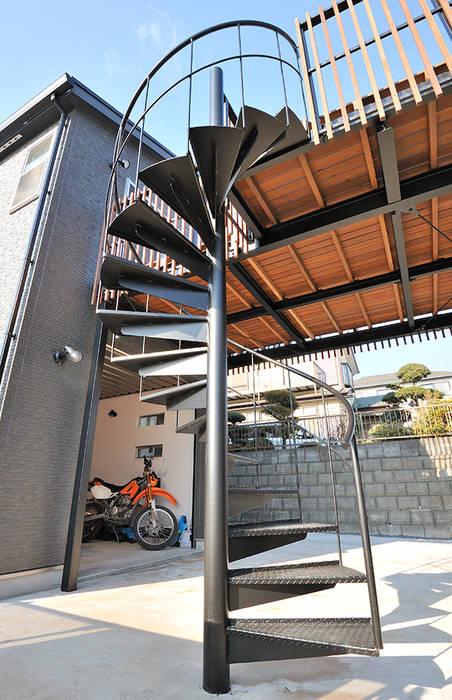 バイクを愛するご主人の長年の夢: 株式会社ビルドアートが手掛けた家です。,モダン