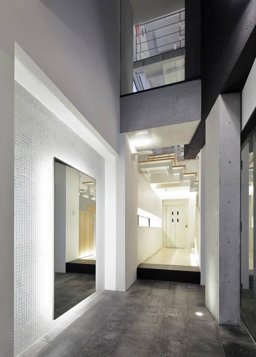 Pasillos, vestíbulos y escaleras modernos de 平野智司計画工房 Moderno