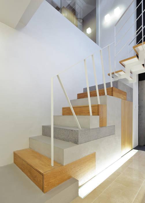 コラージュ階段: 平野智司計画工房が手掛けた廊下 & 玄関です。,モダン 石