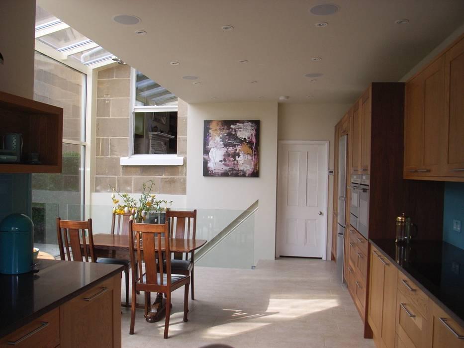 Modern Open-Plan Kitchen in Glass Extension Moderne Küchen von Style Within Modern Holz Holznachbildung