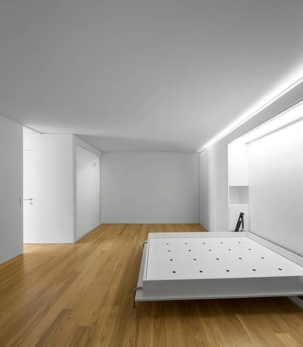 prédio Lapa: Quartos  por João Tiago Aguiar, arquitectos,