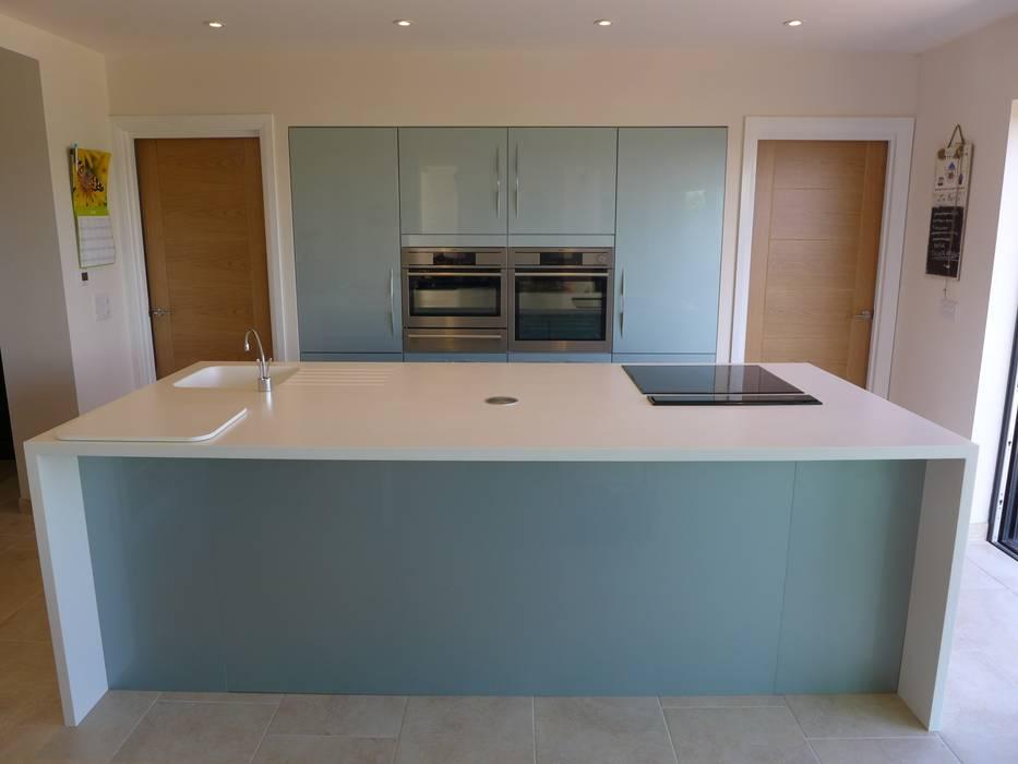 Ice-Blue Gloss Kitchen Moderne Küchen von Style Within Modern