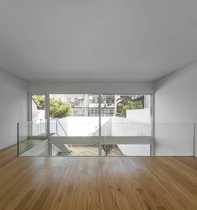 Коридор и прихожая в . Автор – João Tiago Aguiar, arquitectos, Минимализм