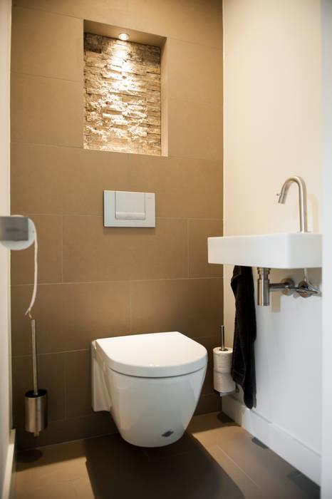 Toilet Moderne gangen, hallen & trappenhuizen van Studiohecht Modern