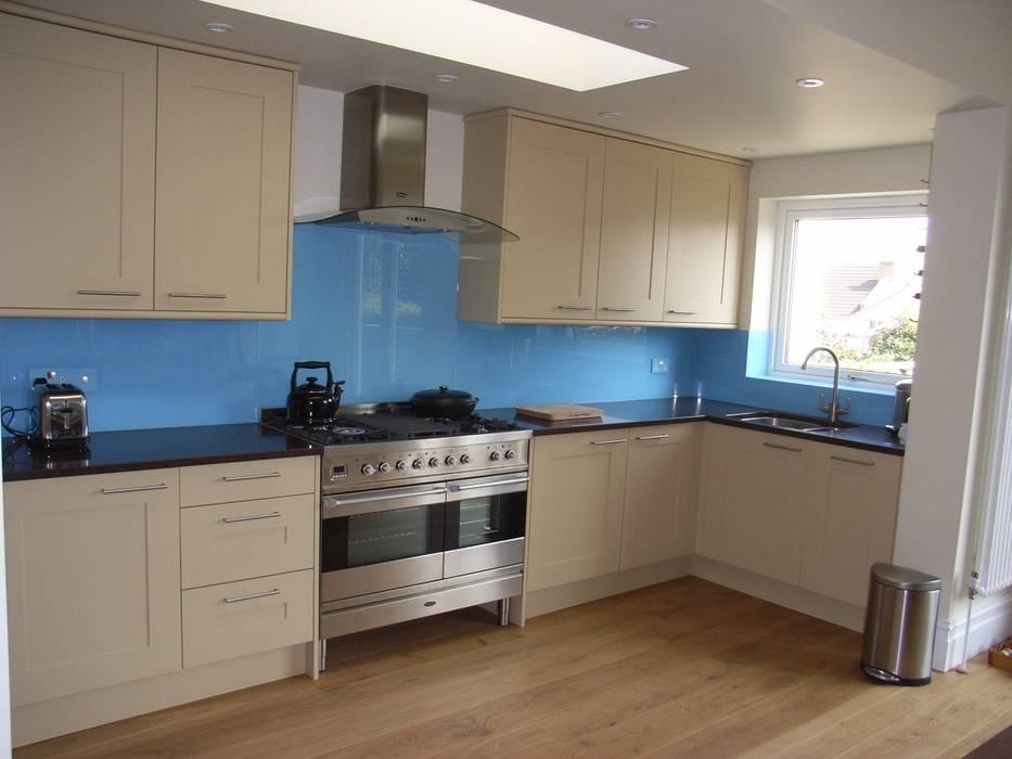 Contemporary kitchen with blue splashback Klassische Küchen von Style Within Klassisch
