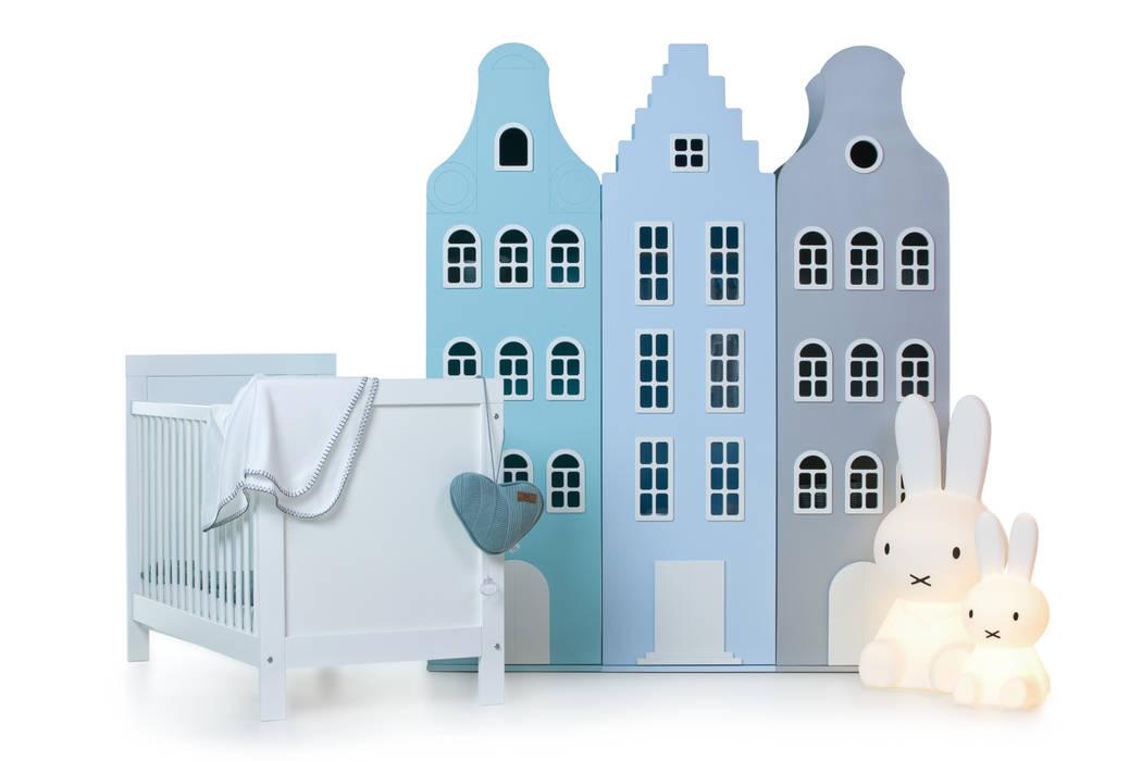 Halsgevel-, trapgevel- en klokgevelkast in de kleuren sprankeling, liefblauw en zilver:  Kinderkamer door This is Dutch bv