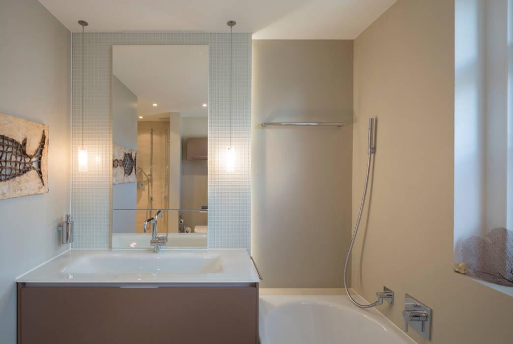 Bad mit Glaswaschtisch:  Badezimmer von Tschander.Keller architekten
