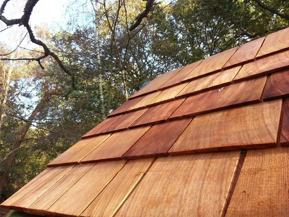 Cedarwood roof shingles Jardines de estilo rural de Gardenatics Limited Rural