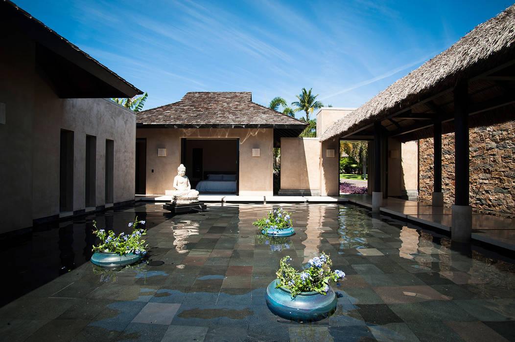 Villa Siriyana: Albercas naturales de estilo  por Stone Contractors,