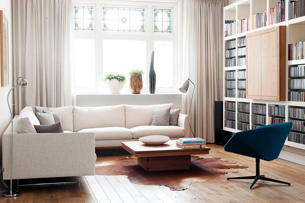 Jaren 30 woonhuis: moderne woonkamer door jolanda knook ...
