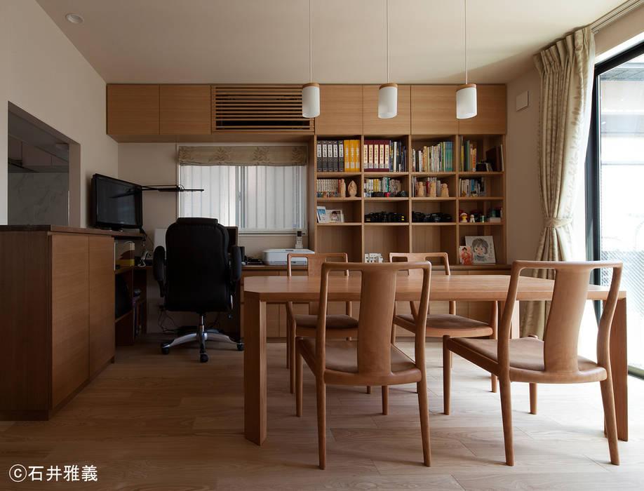造付けの書斎机のあるダイニング モダンデザインの ダイニング の シーズ・アーキスタディオ建築設計室 モダン