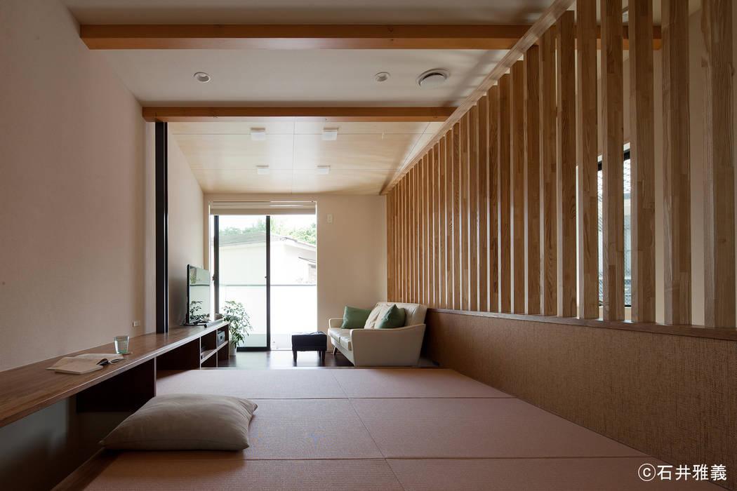 小上がりになっている居間: シーズ・アーキスタディオ建築設計室が手掛けたリビングです。,