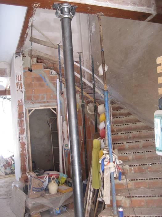 Modern corridor, hallway & stairs by Aris & Paco Camús Modern