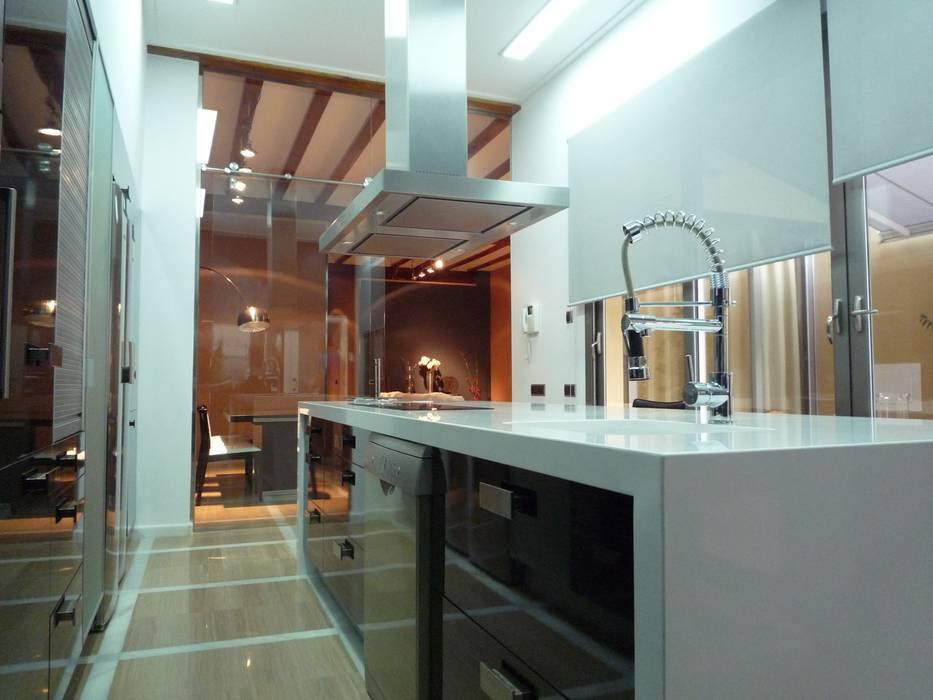 Modern kitchen by Aris & Paco Camús Modern