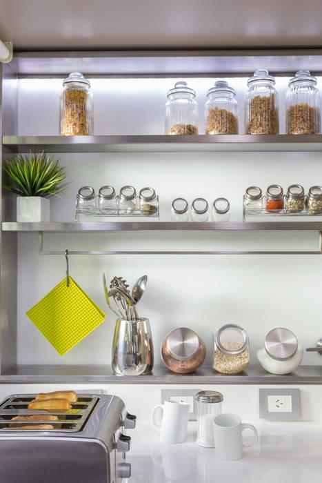 estantes en acero inoxidable: Cocinas de estilo  por GUTMAN+LEHRER ARQUITECTAS