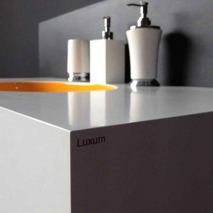 Umywalka połączona z blatem: styl , w kategorii Łazienka zaprojektowany przez Luxum